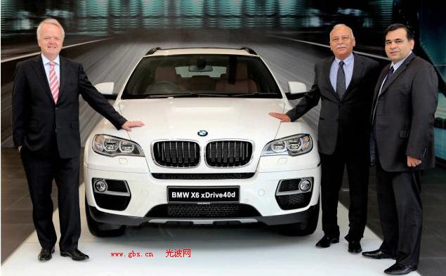 在上周四,德国豪华汽车制造商宝马推出了其新的版本X6,售价为78.9万卢至93.4的万卢比之间。该公司一直与对手奥迪和奔驰强烈的竞争着市场,因此该公司表示将增加新的经销商,扩大示范范围,以保持其领导地位。该公司相关负责人表示说,他们将在2014年的时候增加经销商,日前,在印度,其最大的经销商在这里举行落成典礼。当被问及竞争时,该公司说宝马在印度将着重于长期的可持续发展。他们认为销售是很重要的,但不是不惜任何代价的。最重要的还是经销商和公司的盈利能力,而当被问及该公司今年的销售预期值时,该公司只是表示今天