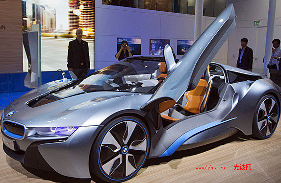 宝马的i系列电动和电动混合动力汽车还尚未进入市场,在洛杉矶车展上就又推出了新的一个版本。(星期三)这是全球的 亮相,宝马带来北美的 次i8的概念跑车,是插电式混合动力汽车,并能够使用相同的i3电动动力总成,其次是增加了一个涡轮增压,存储量为1.5升,3缸天然气发动机,总马力为349匹,额定功率为405磅。接着,该公司在洛杉矶车展推出那种应对在寒冷气候中的车辆:概念乘坐K2粉末。这个概念基本上是公司新的X1紧凑型SUV,增加了车顶行李架,车顶安装的是哈蒙Kardon音响系统,以及独特的.